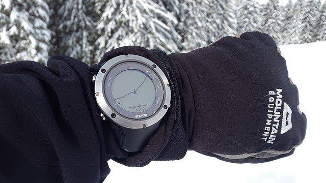 Wenn du viel in der Natur unterwegs bist, lohnt sich der Kauf einer Survival Uhr.